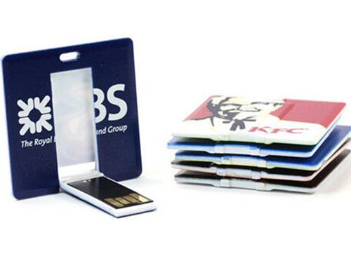 Platte USB sticks bedrukt met verschillende logo's van verschillende bedrijven