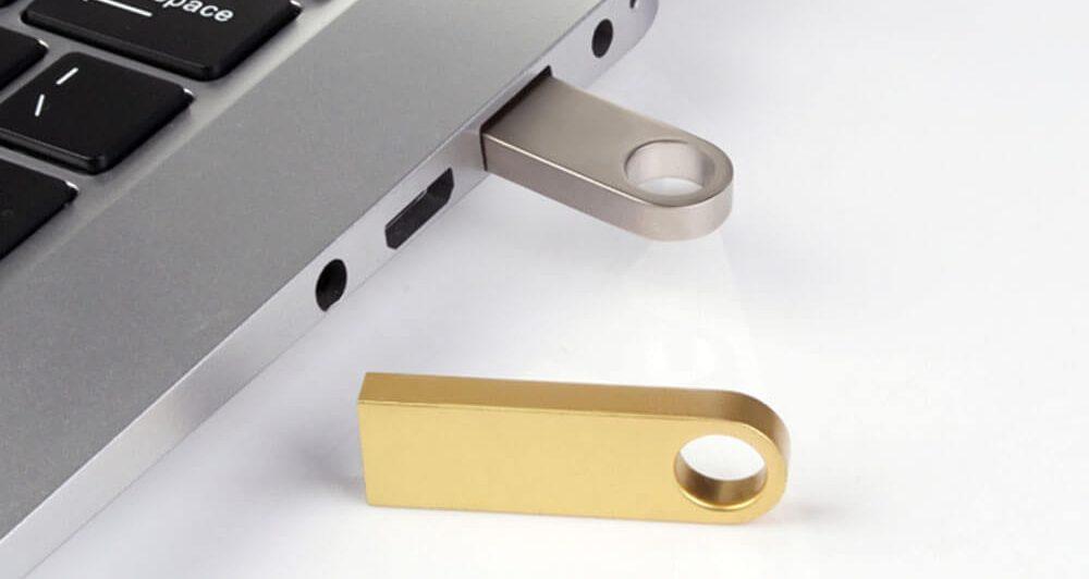 Promotiemateriaal met eigen logo. Zilveren en gouden USB-stick